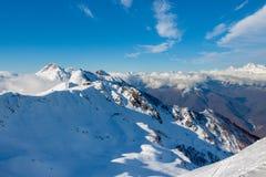 加盖的高加索聊天峡谷irik山雪 库存图片
