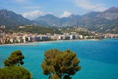 加盖马丁和Roquebrune,与蓝色海的法国海滨海岸 图库摄影