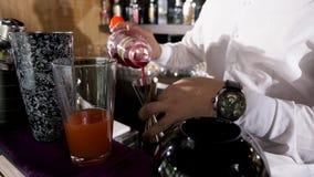 加石榴汁糖浆糖浆的侍酒者到饮料 股票录像