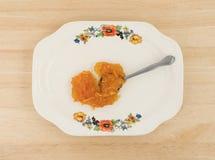 加糖在匙子古董盘子的免费橙皮马末兰果酱 库存图片