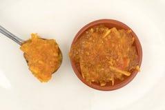 加糖在匙子和碗的免费橙皮马末兰果酱 免版税库存照片