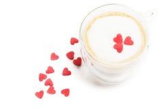 在浓咖啡的糖心脏与牛奶泡沫 免版税库存图片
