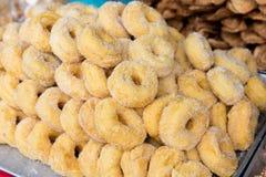 加糖的油炸圈饼在亚洲街市上 图库摄影