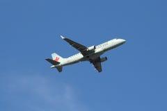 加航明确巴西航空工业公司ERJ平面离开从拉瓜迪亚机场 库存图片