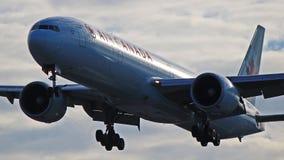 加航波音777-300ER在多伦多皮尔逊 库存图片