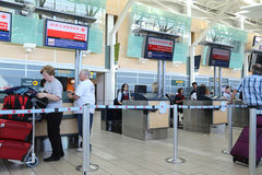 加航注册台在YVR机场 免版税图库摄影