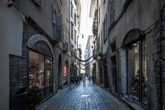 贝加莫老镇中央街道有商店和走的游人的 图库摄影