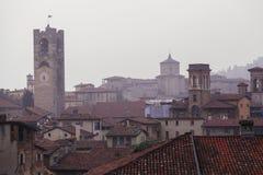 贝加莫钟楼和房子屋顶 免版税图库摄影