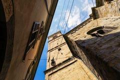 贝加莫,意大利- 2017年8月18日:贝加莫老镇的安静和狭窄的街道  免版税库存照片