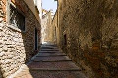 贝加莫,意大利- 2017年8月18日:贝加莫老镇的安静和狭窄的街道  免版税图库摄影