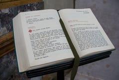 贝加莫, LOMBARDY/ITALY - 6月25日:在显示的书在Cathed 免版税库存图片