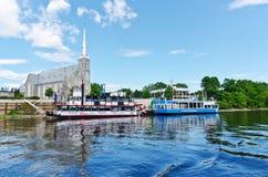 加蒂诺小船在渥太华河游览 免版税库存图片