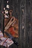 加调料的口利左香肠、刀子、大蒜和餐巾 顶视图 图库摄影