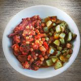 加调料的口利左香肠和豆炖煮的食物 库存照片