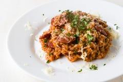 加调料的口利左香肠意大利煨饭用蕃茄 库存照片