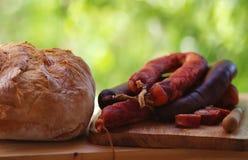 加调料的口利左香肠肉和面包om桌 库存照片