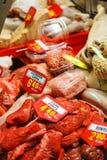 加调料的口利左香肠kebab肉类柜台被显示在La Boqueria在巴塞罗那 图库摄影