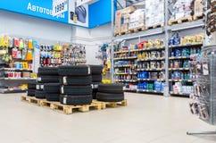 加起待售全新的轮胎在大型超级市场Lenta 库存照片