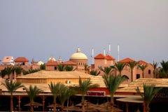 洪加达,埃及- 5月11,2015 在沙尘暴下的热带豪华旅游胜地旅馆 库存图片
