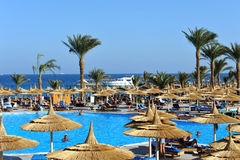 洪加达,埃及- 2013年10月14日:未认出的人民在游泳池游泳并且晒日光浴在豪华热带手段在埃及 图库摄影