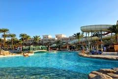 洪加达,埃及- 2013年10月14日:未认出的人民在游泳池游泳并且晒日光浴在豪华热带手段在埃及 免版税库存照片