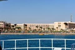 洪加达,埃及- 2013年10月17日:红海海滩的热带豪华旅游胜地旅馆 从小船的视图 洪加达 埃及 库存照片