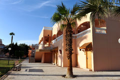 洪加达,埃及- 2013年10月14日:红海海滩的热带豪华旅游胜地旅馆 海滩埃及hurghada人 免版税库存照片