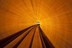 加速在一个长的隧道下 免版税库存照片
