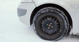 加速在冬天路的车轮 关闭 股票录像