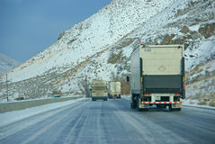加速在冰冷的高速公路的重型卡车 图库摄影