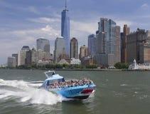 加速在哈得逊河由NYC地平线 免版税库存照片