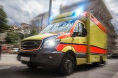 加速在城市的救护车汽车 图库摄影