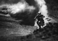 加速在尘土轨道,黑白照片的摩托车越野赛竟赛者 免版税库存照片
