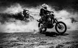加速在尘土轨道,黑白照片的摩托车越野赛竟赛者 库存照片