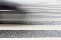 加速在斑马线的汽车。 图库摄影