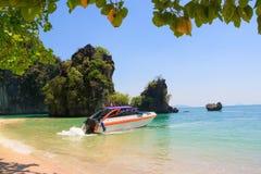 加速在海滩前面的小船, Krabi泰国 图库摄影