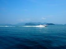 加速在海滩的小船,酸值张泰国 库存照片
