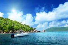 加速在海滩的小船La Digue海岛 库存照片