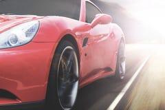 加速在高速公路的红色跑车 库存图片