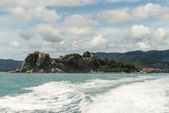 加速有蓝天的小船马达水波美丽的岩石海在酸值苏梅岛泰国 库存照片