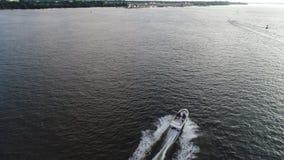 加速的小船鸟瞰图在特拉华河费城PA的 股票视频