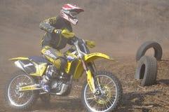 加速的摩托车越野赛车手俄国翼果 免版税库存照片