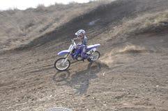 加速的摩托车越野赛车手俄国翼果 免版税库存图片