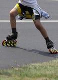 加速线型冰鞋和溜冰者滑冰的摘要  免版税库存照片