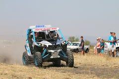 加速蓝色和白色持异议者1000T涡轮集会汽车前面竞争 免版税库存图片
