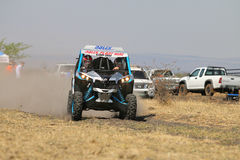 加速蓝色和白色持异议者1000T涡轮集会汽车前面竞争 免版税库存照片