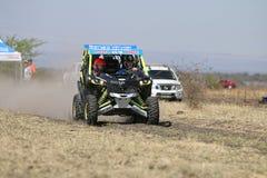 加速蓝色和绿色持异议者1000T涡轮集会汽车前面竞争 库存照片
