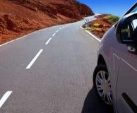 加那利群岛弯曲道路曲线和汽车 免版税库存照片