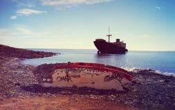 加那利群岛,兰萨罗特岛放弃了小船 免版税库存图片