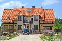 加里宁格勒地区,俄罗斯 在一个豪宅的一个类型建设中在红瓦顶下 图库摄影